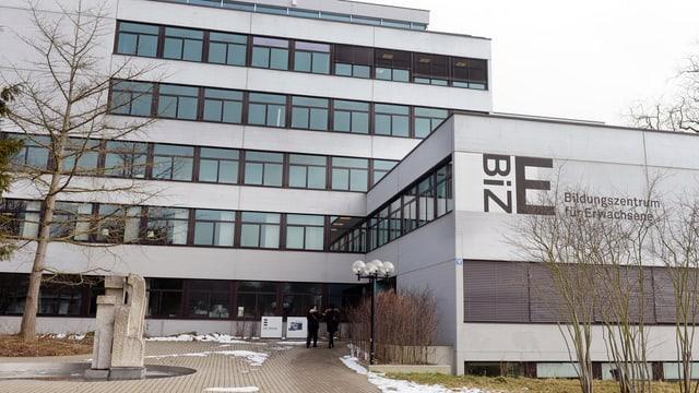 """Ein graues Haus mit moderner Fassade, darauf steht """"BiZ, Erwachsenenbildung""""."""