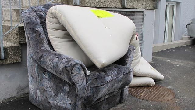 Illegal entsorgte Möbelstücke