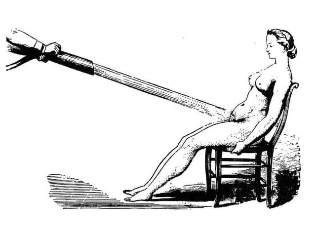 Zeichnung einer Frau auf einem Stuhl, auf deren Unterleib ein Wasserstrahl gerichtet ist.
