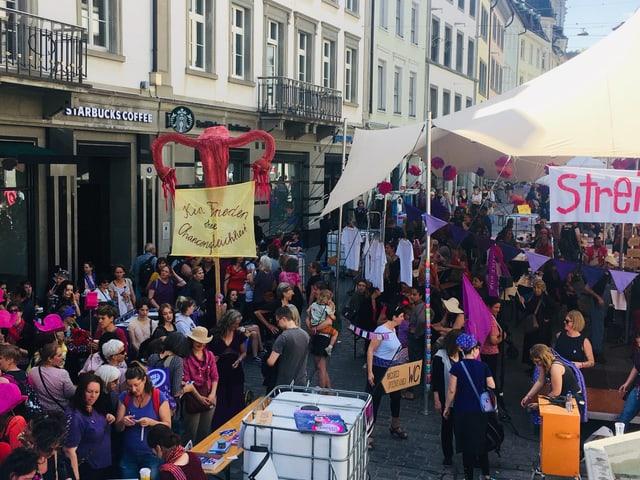 Ankunft der Teilnehmerinnen des Sternenmarsches in St. Gallen beim Streikplatz in der Marktgasse.