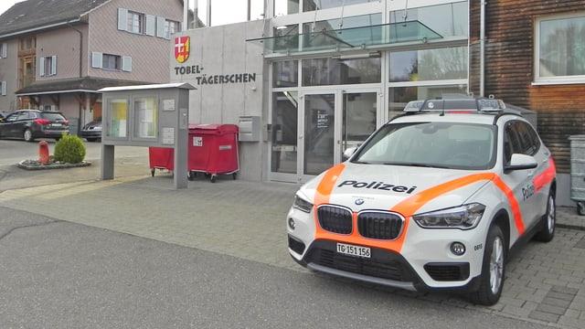 Polizeiauto vor Posten