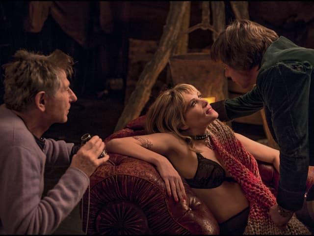 Emmanuelle Seigner und Mathieu Amalric spielen eine Szene auf dem Sofa, daneben Roman Polanski mit Objektiv in der Hand.