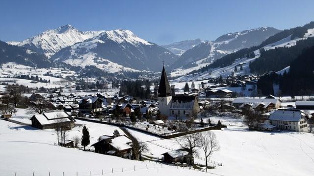 Gstaad und Bergkulisse