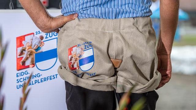 Auf der Rückseite von Schwingerhosen ist das Logo des Eidgenössischen Schwing-und Älplerfestes 2019 in Zug zu sehen.
