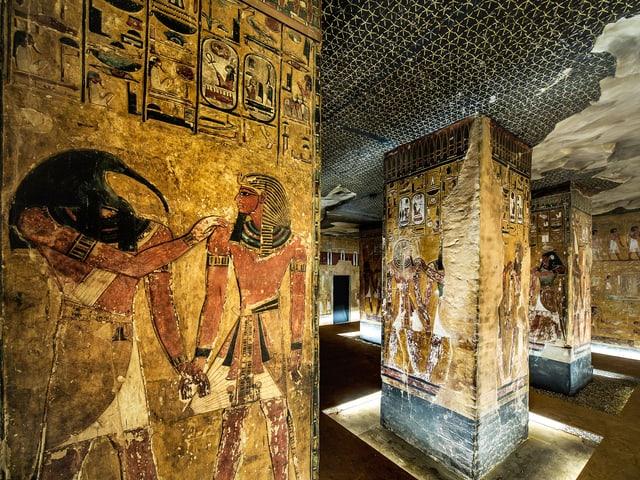 Säulen mit bemalten Reliefs von ägyptischen Gottheiten