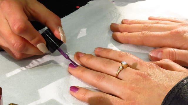 Nagellack auf einem Finger.