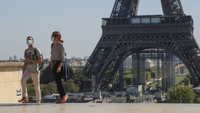 Menschen vor dem Eiffelturm.