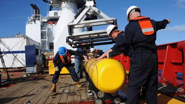 Die Bluefin-21 wird aus dem Wasser geholt.