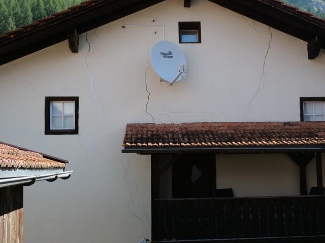 Ein Haus mit Rissen in der Fassade.