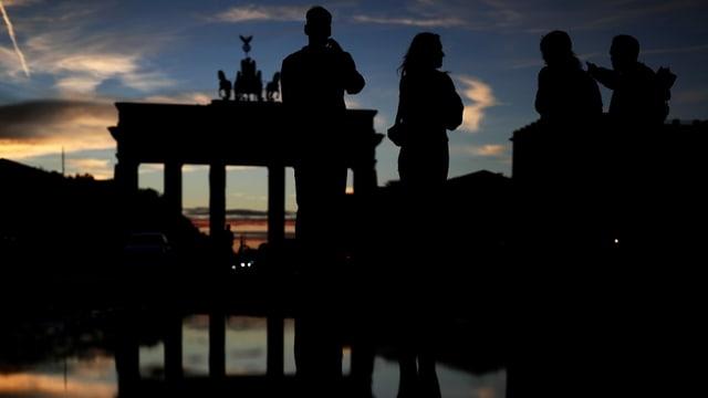 Menschen vor dem Brandenburger Tor in Berlin