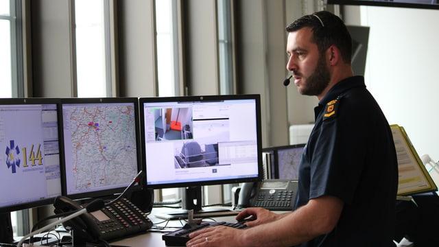 Ein Mitarbeiter vor vielen Bildschirmen