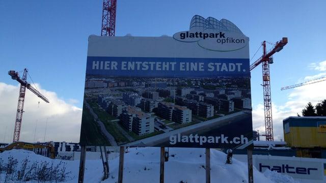 Ein Plakat wirbt auf der Baustelle des Glattparks für die neuen Wohnungen.