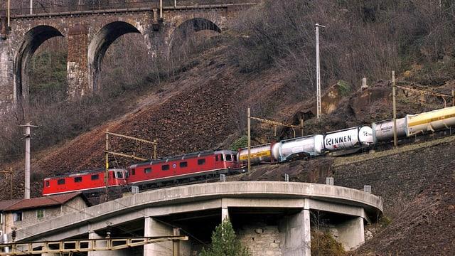 Güterzug oberhalb Bodio