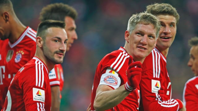 Die Bayern-Spieler Diego Contento, Torschütze Bastian Schweinsteiger und Thomas Müller.