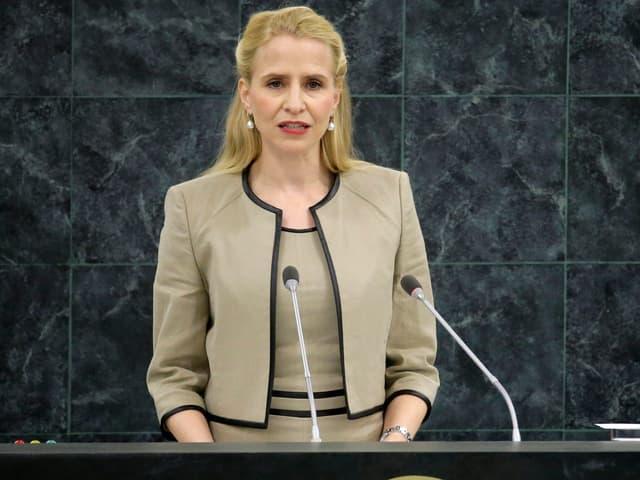 Liechtensteins Aussenministerin Aurelia Frick spricht am Rednerpult der Vereinten Nationen in New York.