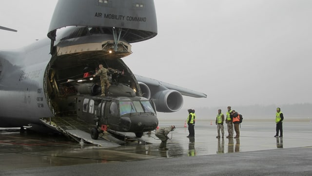 A Riga en il Balticum stgargian schuldads americans in UH-60 Blackhawk dad ina C5.