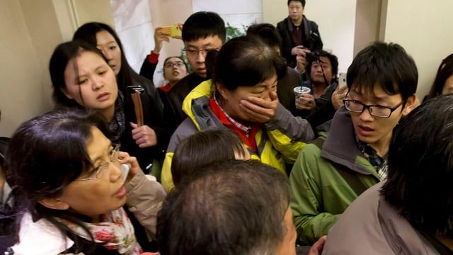 Angehörige der Passagiere warten in einem Hotel auf Informationen