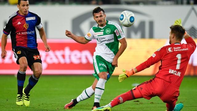 St. Gallens Albian Ajeti, verpasst eine Chance gegen Basels Torhueter Tomas Vaclik.
