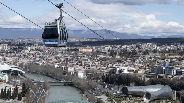 Gondelbahn über der Stadt Tiflis
