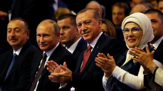 Präsident Wladimir Putin (2. von links) und Präsident Tayyip Erdogan am Welt-Energie-Kongress in Istanbul. (reuters)