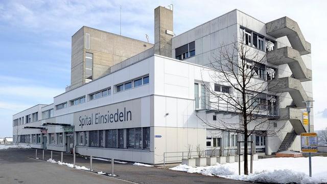 Das Spital in Einsiedeln in einer Aussenansicht.