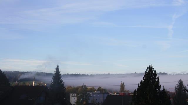 Nebelwurst schiebt sich von der Stadt her nach Winterthur-Seen
