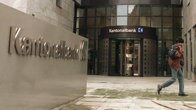 Eingangstüre mit Schild der Aargauischen Kantonalbank