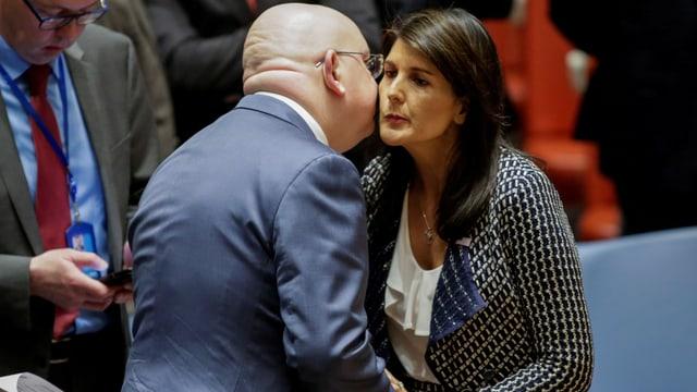 Russlands UN-Botschafter Wassili Nebensja begrüsst Nikki Haley