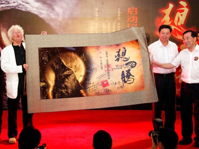 Jean-Jacques Annaud spricht im Rahmen einer Pressekonferenz in Peking vor einem grossen Wolfsauge.