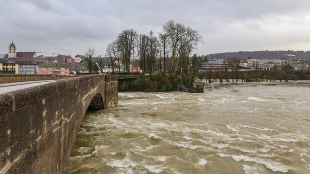 In Rheinfelden zwängt sich der Rhein nur noch mit Mühe unter der Brücke hindurch.