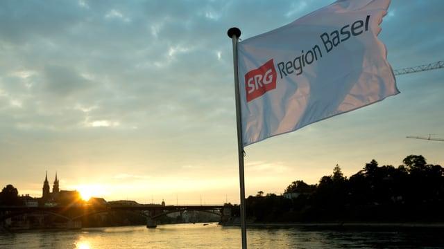Fahne SRG im Abendlicht hinten Münster