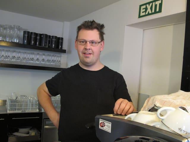 Stefan Rhyn hinter der Kaffeemaschine: «Servieren gefällt mir»