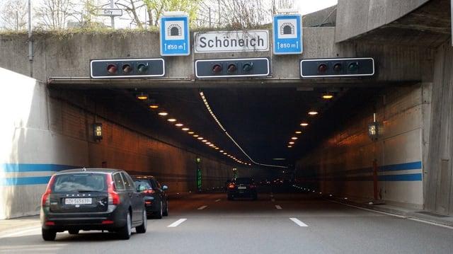Eingang des Schöneichtunnels mit Autos.