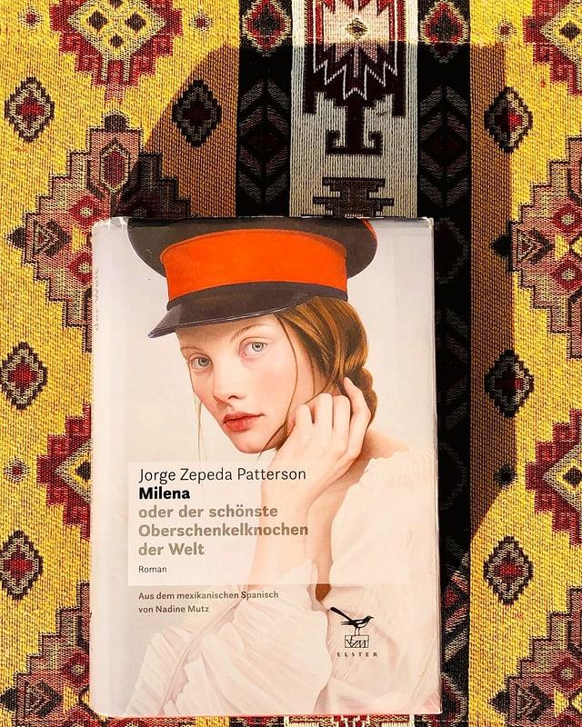 «Milena» von Jorge Zepeda Pattersonliegt auf einer typisch mexikanisch gemusterten Decke.