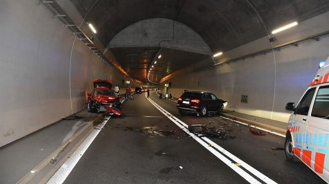 Autos ruts ed auto da polizia en tunnel.
