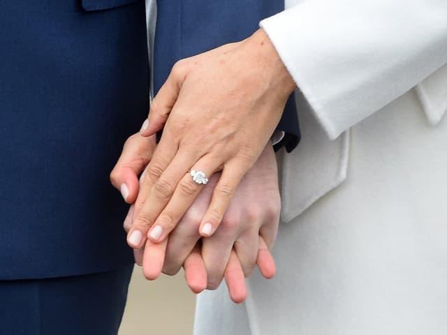 Meghan Markle präsentiert ihren Verlobungsring.