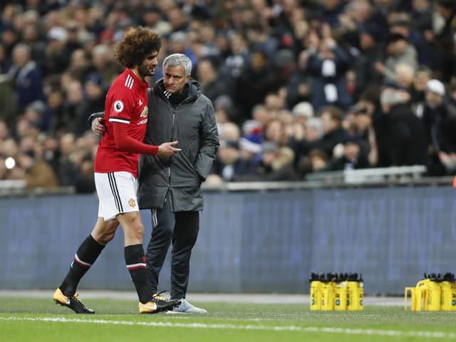 ManUnited-Coach José Mourinho mit Mittelfeldspieler Marouane Fellaini.