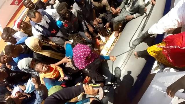 Ein Schlauchboot vollgestopft mit Menschen