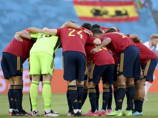 Das spanische Team stimmt sich auf das Spiel gegen Polen ein.