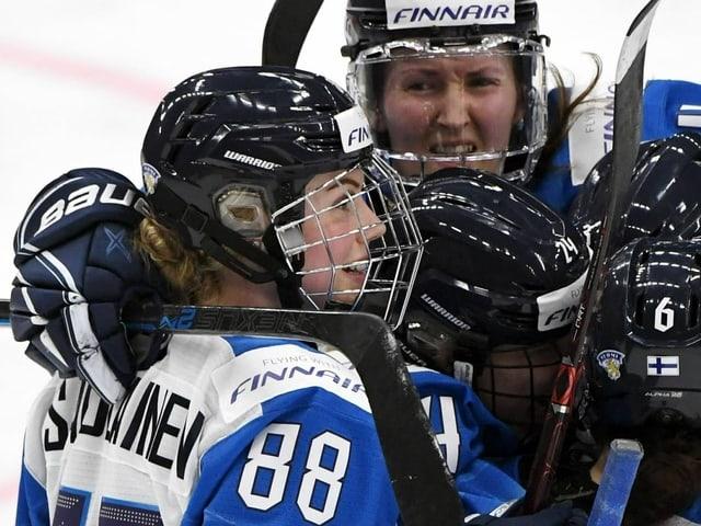 Spielerinnen freuen sich auf dem Eis.