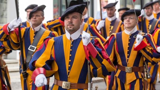 In cortegi dals gardists svizzers tras Nossadunnaun, ils 23 d'avust 2015.