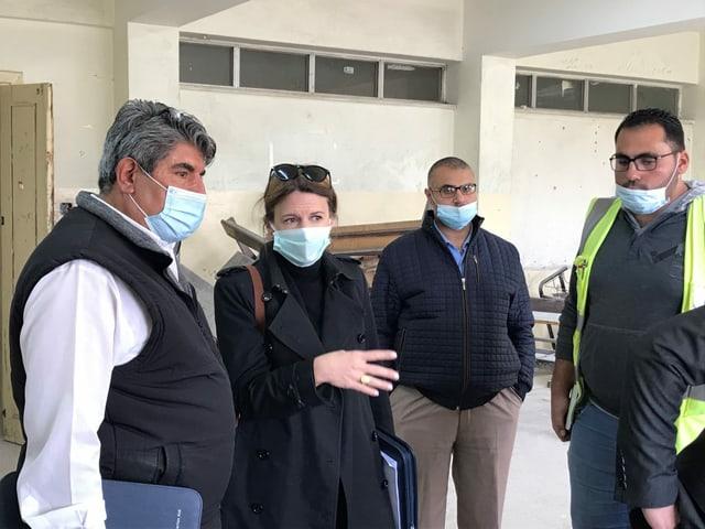 Die Bauführerin Jill Schmidheiny als Frau unter lauter Männern: hier diskutiert sie in einer Knabenschule in Zarqa die geplante Sanierung eines Klassenzimmers.
