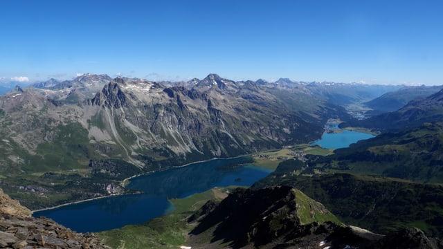Blick auf das wolkenlose Oberengadin mit seinen Seen.