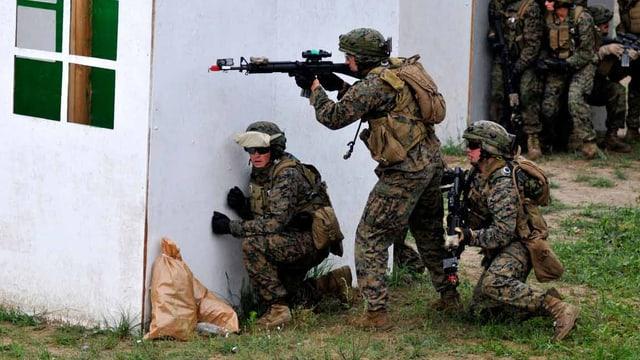 Ein US- und ein Litauischer Soldat demonstrieren ihr Fähigkeiten im Häuserkampf.