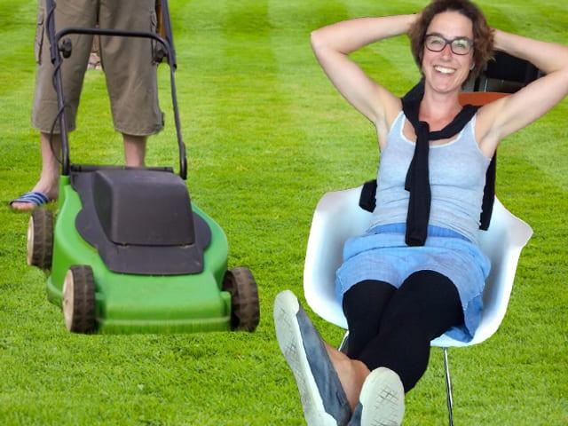 Joelle Beeler schaut Nachbarn beim Rasenmähen zu.