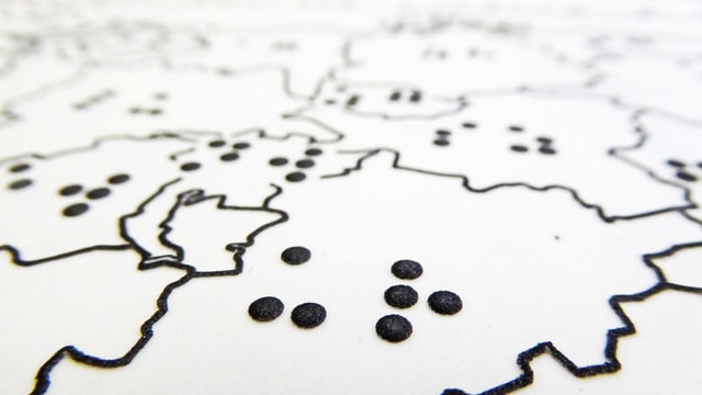 Relief einer Landkarte mit Brailleschrift.