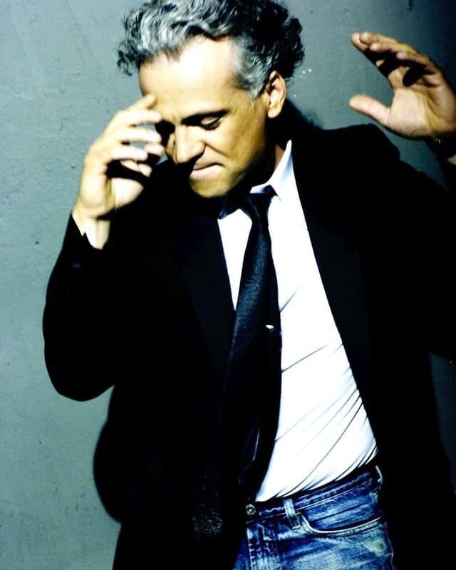 Nino de Angelo scheint auf diesem Bild zu tanzen und dabei wild zu gestikulieren.