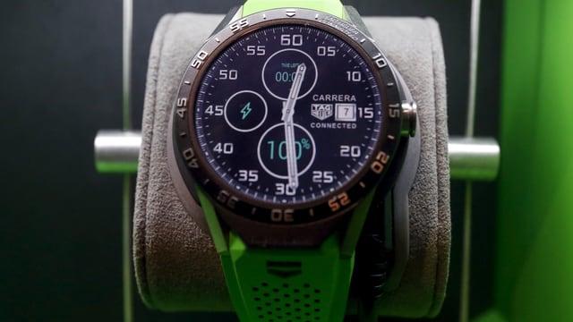 Eine Smartwatch der Marke Tag Heuer in einer Vitrine.