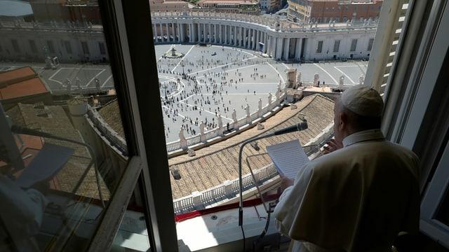 Papst spricht aus dem Fenster.