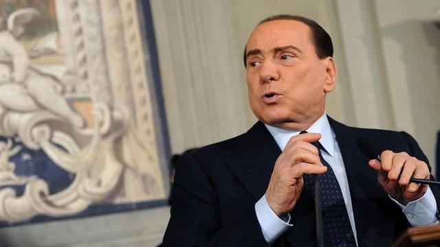 Silvio Berlusconi hinter einem Mikrofon